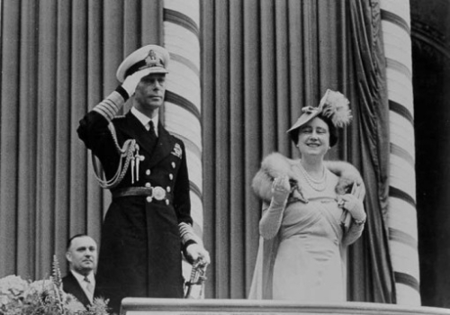 King_George_VI_and_Queen_Elizabeth_acknowledge_the_crowds_at_Toronto_City_Hall_during_the_1939_Royal_Tour_of_Canada.jpg