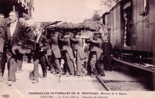 EXPO GARE CNV BERTEAUX descente du cercueil.jpeg
